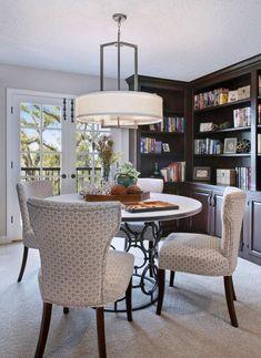 10 små hjemmebiblioteker du vil bli forelsket i - Fashion Blog Small Home Libraries, Dining Chairs, Dining Table, A Shelf, Reading Room, Blank Walls, Nook, Floating Shelves, Home Office