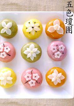 Gyeongdan (오색 찹쌀경단) - Korean glutinous rice cake balls (recipe in Korean) Korean Dessert, Korean Rice Cake, Korean Sweets, Korean Food, Korean Bun, Thai Dessert, Japanese Sweets, Japanese Wagashi, Japanese Candy
