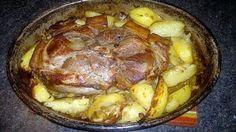 Rouelle de porc au four  Ingrédients: -Rouelle de jambon de porc 1,5 kg -3 à 4 belles pommes de terre -6 gousses d'ail  -1 oignon -thym -sel,poivres  -5 à 10 cl eau -Huile olive