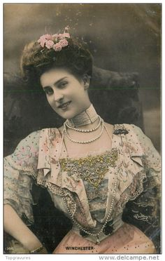 I've made beaded chokers before but I have yet to make one as wide. I'm just waiting till I find the right space bars for the task. Vintage Photos Women, Antique Photos, Vintage Images, French Vintage, Vintage Ladies, Winchester, Photo Postcards, Vintage Postcards, Postcard Art