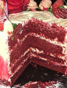 Red Velvet Cake este un tort cu blat umed si moale pe care cu siguranta veti dori sa-l repetati de mai multe ori. Are un gust unic care combina gustul subtil de ciocolata cu crema pe baza de branza si aromatizata cu vanilie! Red Velvet, Velvet Cake, Tiramisu, Cake Recipes, Sweets, Cookies, Ethnic Recipes, Desserts, Food