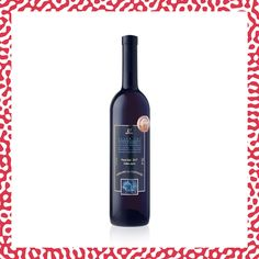 Issu de vignes de plus de 45 ans, cet élégant Pinot Noir exprime des arômes intenses de fruits rouges telle que la framboise, la fraise et la cerise, avec une pointe d'épices. Un Pinot Noir haut de gamme, juteux, aromatique et bien structuré. Pinot Gris, Matcha, Vodka Bottle, Drinks, Red Berries, Raspberry, Drinking, Beverages