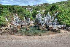 La plage de Gulpiyuri Située dans les Asturies, en Espagne, cette petite plage située dans les terres est bien mystérieuse. En réalité, elle est reliée à la mer par une grotte à une centaine de mètres. Un lieu unique et magique !