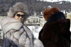 Die Superreichen finden es hier nach wie vor kuschelig: Pelzträgerinnen in St. Moritz. (Archiv)