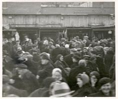 With no recources the inhabitants of the Warsaw ghetto were forced to trade their belongings. Photograph from 1941.