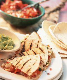 Tortillas vom Grill mit Käse und Tomaten | Zeit: 40 Min. | http://eatsmarter.de/rezepte/tortillas-vom-grill-mit-kaese-und-tomaten