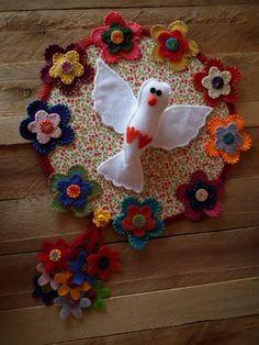 Divino feito com retalhos de tecido. Este trabalho não é meu é de uma colega artesã que estou compartilhando no meu Painel do Pinterest. Malu, Dream Catcher, Projects To Try, Patches, Toys, Holiday Decor, Crafts, Beautiful, Cool Crafts