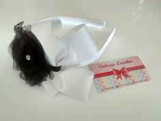 Tiara de fita gorgurao branca e com flor de cetim preta