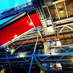 A different view... Choosing your own perspective... Beaubourg.. Cet immense chantier que l'on croit inachevé par dessous @centrepompidou #Paris #Parisjetaime #Parisweloveyou #Parismonamour #seulementparis #Parislanuit #Parisbynight #CentrePompidou #architecture #architectureparisienne #promenadesparisiennes #baladesurbaines #latergram