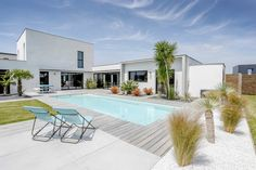 16 Magnificent Modern Swimming Pool Designs That Will Make Your Jaw Drop Small Backyard Pools, Swimming Pools Backyard, Swimming Pool Designs, Outdoor Pool, Modern Landscaping, Pool Landscaping, Pool Paving, Moderne Pools, Modern Entrance