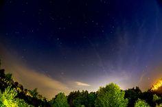 Nocą gwiazdy migocą.