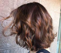 Copper brown curly bob - kuparin ruskeat kiharat ja kerrostettu polkkatukka #brownhair #lob #curls
