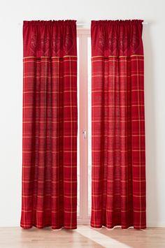 Gardin med fallende røde lengder med trykt mønster av ruter og hjerter.  Materiale: 100% bomull.  Størrelse: Bredde 145 cm. Oppgi lengde ved bestilling. Beskrivelse: 2-pk kanallengder i halvpanama med trykt mønster.  Vedlikeholdsråd: Vask 40°. Krymper maks 5%.  Tips/råd: Benytt kanallengde som en veggpynt. Har du en tekstil som er mønstret er det fint å ta opp farger som finnes i puter og andre detaljer i hjemmet. Christmas Hearts, Curtains, Home Decor, Blinds, Decoration Home, Room Decor, Draping, Tents, Picture Window Treatments