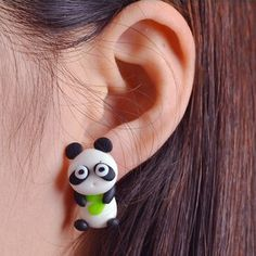 Sjove panda øreringe, 49 kr. Se vores mange sjove øreringe af plexiglas, eller smykkeler. http://uglenimosen.dk/produkter/71-sjove-oereringe/