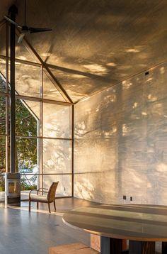 일상에 지친 현대인을 위한 쉼터, 절제미가 돋보이는 자연과 하나된 미니멀 하우스 : 네이버 포스트    natural sun lighting, tree shadow, wooden wall, ceiling