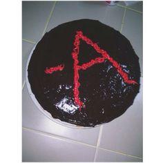 YUM! This cake by @selenasjustinn is A-mazing! #PLL