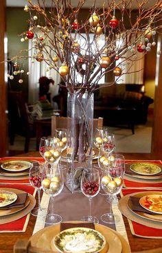 décorations et centre de table Noel en vas ehaut et branches décorées de boules