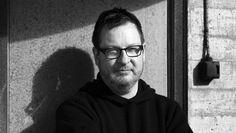 Lars von Trier wird sechzig Ein sehr sensibler Hammer Sein Kino macht keine Gefangenen, vor allem Schöngeister müssen büßen. Dem dänischen Schmutz-, Schund-, Kunst- und Wackelkamerafilmfacharbeiter Lars von Trier zum sechzigsten Geburtstag. 30.04.2016, von DIETMAR DATH