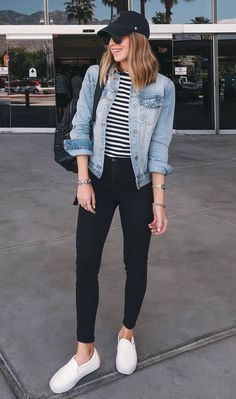 casual outfit with a denim jacket: pocket striped top .- lässiges outfit mit einer jeansjacke: tasche gestreiftes top schwarze skinny je… casual outfit with a denim jacket: pocket striped top black skinny jeans sneakers – - Mode Outfits, Fall Outfits, Spring Outfits Travel, Best Outfits, Sneaker Outfits Women, Jeans And Sneakers Outfit, Denim Jacket Outfits, Jacket Jeans, How To Wear Denim Jacket
