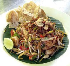 Kerabu behoon: rice noodles, prawns, shredded green mango, ginger bud, and veggies. Find Penang food heaven at www.utopia-asia.com/malapena.htm