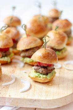 Der perfekte Partysnack: Bacon-Avocado-Miniburger The perfect party snack: Bacon avocado mini burger Snacks Für Party, Appetizers For Party, Appetizer Recipes, Dinner Recipes, Dessert Recipes, Avocado Toast, Bacon Avocado, Bacon Bacon, Avocado Dessert
