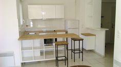 Matériel : – KALLAX, Etagère – CAPITA, Pieds Description : Vous trouverez ici une cuisine ouverte sur un séjour. Mon client voulait un plan de travail pour créer une séparation et pouvoir s'y poser pour manger. Afin de garder un ensemble harmonieux, en préservant un concept ouvert avec de la transparence et pour une question de budget aussi, nous avons détourné une étagère KALLAX avec des pieds CAPITA, le tout posé à l'horizontale avec un plan de travail… Un complément assez sympa qui a…