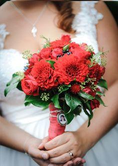 Brautstrauß mit Dahlien, Rosen, Beeren und Kräutern und einem Foto der…