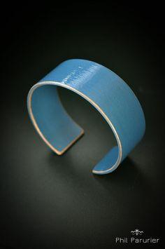 bracelet érable, bleu, vernis bijoux bois contemporain. wood bracelet, wooden jewelry  contemporary jewelery