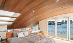 As well as filtering the water, the planters allow the roots of native plants to grow underwater, creating a habitat for fish and other sea creatures. Houseboat H is docked on Washington's Lake Union. Floating Architecture, Light Hardwood Floors, Floating House, Sliding Glass Door, Glass Doors, Modern Bedroom, Decoration, The Incredibles, Interior