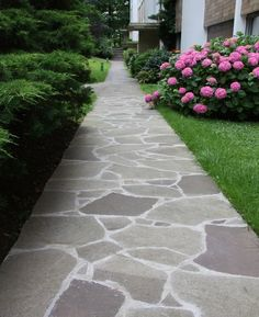 25 Perfect Small Front Yard Landscaping Ideas with Pathways for Spring That You'll Love Front Walkway Landscaping, Front Yard Walkway, Backyard Walkway, Flagstone Walkway, Small Yard Landscaping, Outdoor Walkway, Stone Landscaping, Walkways, Landscaping Ideas
