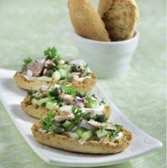 Παξιμαδάκια με σουσάμι, τόνο, αγγούρι και κάπαρη - gourmed.gr
