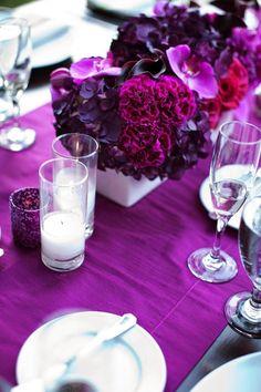Schnittblumen-Strauß mit Pfingstrosen und Orchideen in Violett-Nuancen