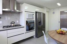Um lar rodeado de arte. Veja: http://casadevalentina.com.br/projetos/detalhes/um-lar-rodeado-de-arte-564 #details #interior #design #decoracao #detalhes #decor #home #casa #design #idea #ideia #charm #charme #arte #art #casadevalentina #kitchen #cozinha