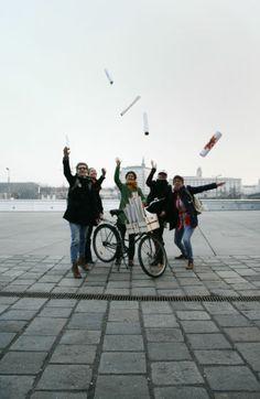 """""""Wir bringen die Kunst mit Rädern auf die Straße"""" - Das Kunstprojekt """"Papergirl"""" erobert Linz – am 8. März wird in der Landeshauptstadt Kunst an Passanten verteilt. Mehr dazu hier: http://www.nachrichten.at/oberoesterreich/linz/Wir-bringen-die-Kunst-mit-Raedern-auf-die-Strasse;art66,1299827 (Bild: Papergirl)"""