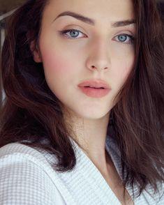 Aida Đapo (born 5 June known by the pseudonym Idda van Munster, is a Bos. Retro Makeup, Vintage Makeup, Eye Makeup, Hair Makeup, Fair Skin Makeup, Natural Wedding Makeup, Natural Makeup Looks, Bridal Makeup, Italian Makeup