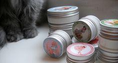 """Nachdem wir letztes Jahr so begeistert von den Deos aus der Manufaktur Wolkenseifen berichteten, möchte ich heute nochmals auf die Deodorants aufmerksam machen. Ich benutze sie nach wie vor täglich und über die Monate haben sie sich sogar vermehrt. Im Online Shop von Wolkenseifen befinden sich mittlerweile zehn verschiedene Sorten... <a href=""""http://www.kosmetik-vegan.de/erbse/wolkenseifen-deodorant-in-neuen-sorten-und-groessen/"""">Read More →</a>"""