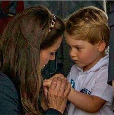 July 2016 ~ Young Prince George of Cambridge appears to need some tender loving care from his mummy Catherine, Duchess of Cambridge at the air show at RAF Fairford - the largest event of its kind in the world. Diana Spencer, Lady Diana, William Y Kate, Prince William And Catherine, Princesa Charlotte, Princesa Diana, George Of Cambridge, Prinz Carl Philip, Prince William Family