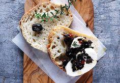Et lækkert allround-brød,  der smager morgen, middag og aften. Her anrettet til frokost med mozzarella og en rustik olivensalsa.
