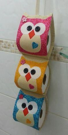 Porta papel higiênico corujinha confeccionado em tricoline 100% algodão, com 03 repartições <br>Confeccionada nas cores de sua preferência
