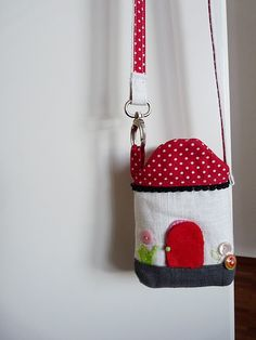 mini house purse .... project is found in this book at Amazon - http://www.amazon.com/Zakka-Sewing-Japanese-Projects-Household/dp/1584797207