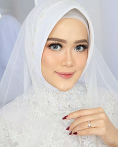 25 new ideas bridal veil styles simple Simple Bridal Makeup, Bridal Makeup Looks, Bridal Beauty, Wedding Makeup, Rustic Bridal Shower Invitations, Unique Bridal Shower, Muslim Wedding Gown, Hijabi Wedding, Wedding Veils