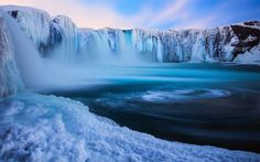Wasserfall gefroren (Island)  Für das Fehlen eines Spätkaufs erfährt der Isländer eine mehr als anständige Kompensation. Gefrorene Wasserfälle gibt's im Inselstaat gleich mehrmals bei entsprechenden Temperaturen.