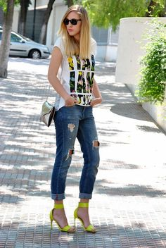 Cool T shirt, jeans, yellow shoes, small bag, sunglasses. She is so cute. I love this fashion style.