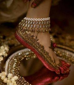 Gorgeous bridal leg mehndi or henna design with altha. Bridal anklet or payal. Look Fashion, Indian Fashion, Cheap Fashion, Fashion Women, Luxury Fashion, Fashion Design, Fashion Trends, Hena, Chemise Fashion