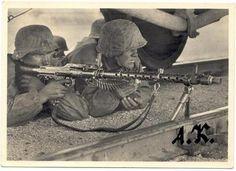 Waffen-SS MG Gunners    Rare postcard of Waffen-SS. Commons: Bundesarchiv.