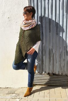 Estilo Casual Chic, Casual Chic Style, Mode Outfits, Stylish Outfits, Ladies Poncho, Knitwear Fashion, Knitted Poncho, Hand Knitting, Beautiful