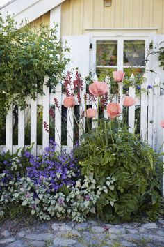 Make a Small Yard Look Larger To make a shallow yard seem larger, use horizontal layers of different heights to create the illusion of depth, such as low shrubs before a slightly higher fence, flower beds and an arbor beyond, and taller shrubs near the house.
