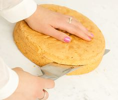 Tårtbotten - Den ska vara enkel att baka, bli lätt, luftig och lagom söt. Dessutom villigt låta sig delas, utan att smula eller gå sönder, därefter fyllas och dekoreras. Här är en tårtbotten som uppfyller precis alla de nämnda kraven. En riktig toppenbotten helt enkelt!