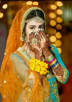 Trendy Unique And Simple Mehandi Design Indian Wedding Couple Photography, Indian Wedding Bride, Bride Photography, Marathi Wedding, Indian Weddings, Bridal Poses, Bridal Photoshoot, Wedding Poses, Bridal Shoot