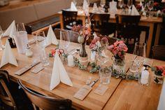 Wir haben uns diesmal bei der rustikalen Hochzeitsdekoration für eine Kombination aus gedeckten Rot-, Altrosa- und Orangetönen entschieden, welche das Holzmobiliar wundervoll ergänzen.  _____ Fotografie: Steffen & Christin Photography  #rustic #hochzeit #braunschweig #blumen Table Settings, Rustic, Rustic Wedding Decorations, Dusty Pink, Red, Flowers, Country Primitive, Place Settings, Retro
